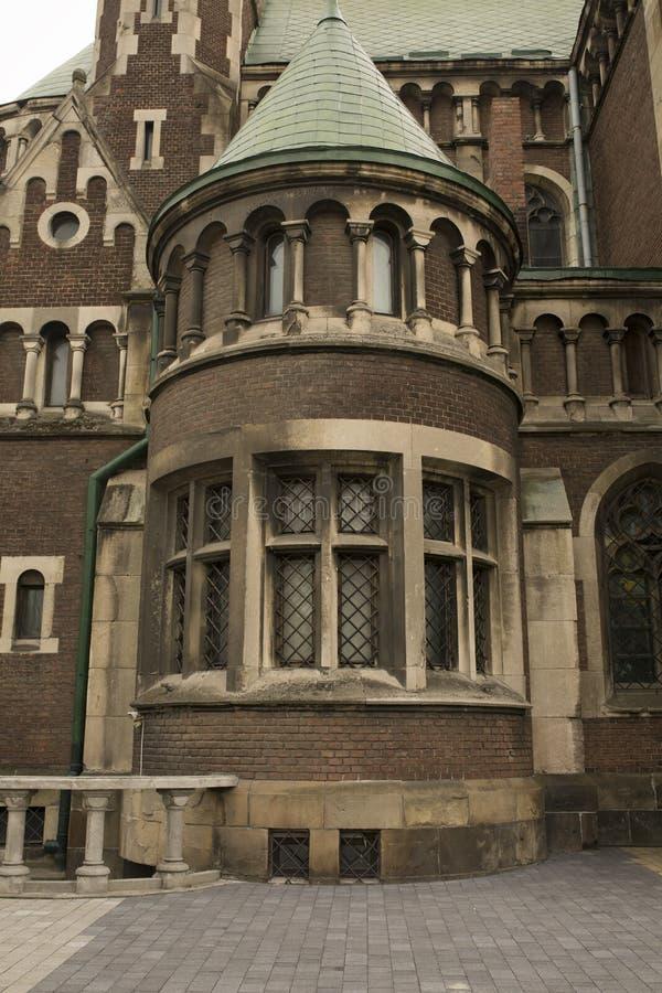 美丽的哥特式教会门面有砖墙的 库存照片