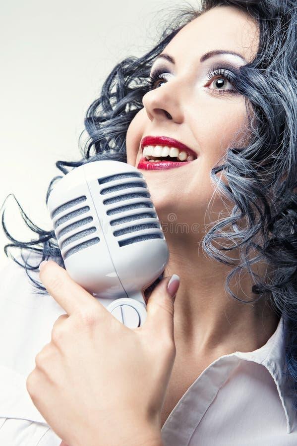 美丽的唱歌妇女年轻人 库存照片
