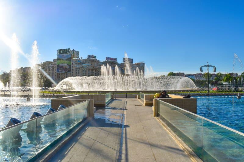美丽的喷泉在联合广场或皮亚塔Unirii在布加勒斯特街市在一个晴朗的春日 20 05 2019 - 布加勒斯特, 库存照片
