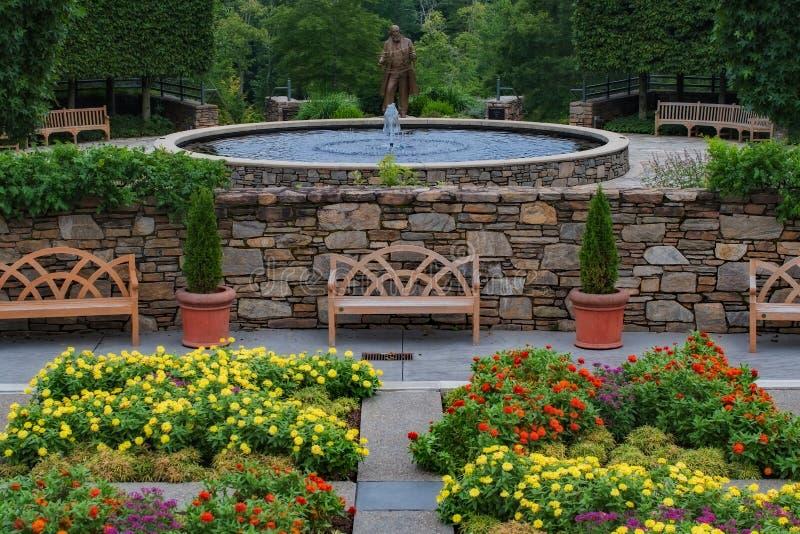 美丽的喷泉树木园庭院 免版税图库摄影
