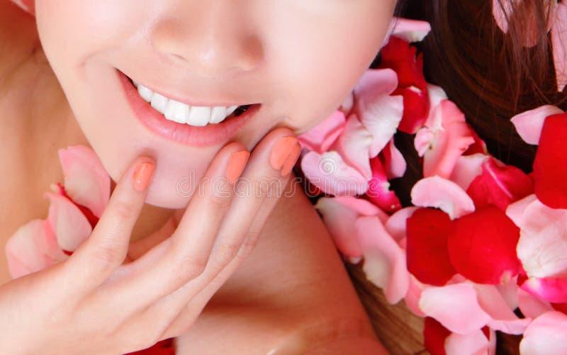 美丽的嘴唇变粉红色红色玫瑰妇女 库存图片