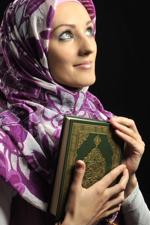 美丽的回教方式女孩 免版税图库摄影