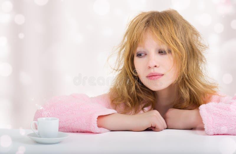 美丽的困咖啡滑稽的女孩 库存图片