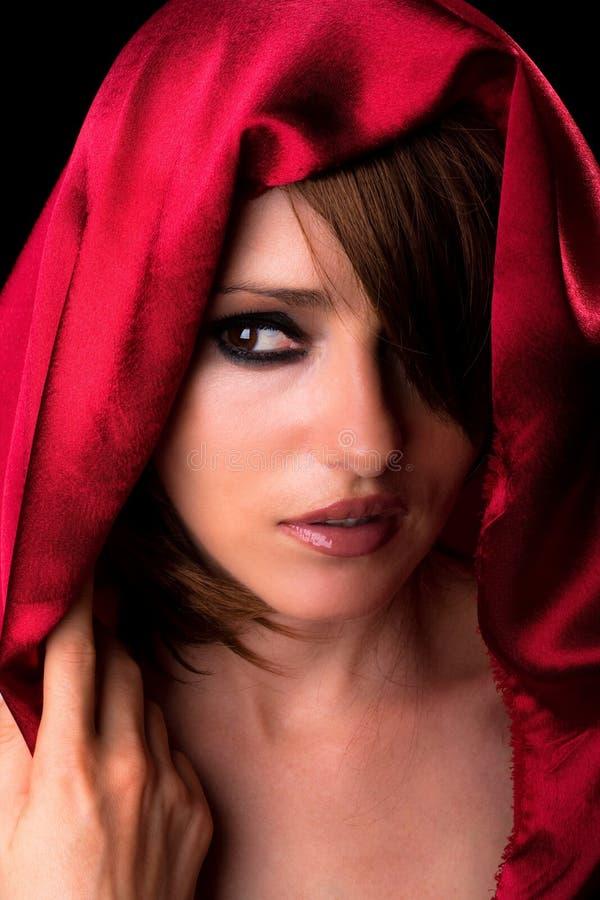 美丽的围巾佩带的妇女 免版税库存图片