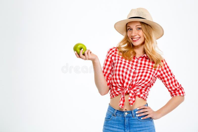美丽的国家女孩画象用在白色背景的苹果 免版税库存图片