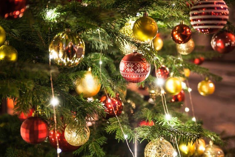 美丽的圣诞树 用五颜六色的玩具装饰 免版税库存图片
