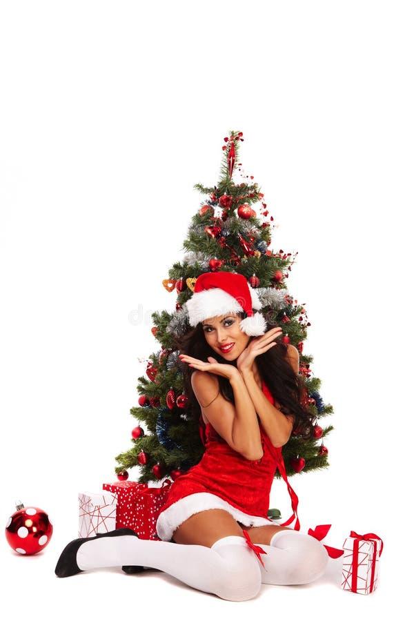 美丽的圣诞老人帮手-在圣诞树旁边 免版税图库摄影
