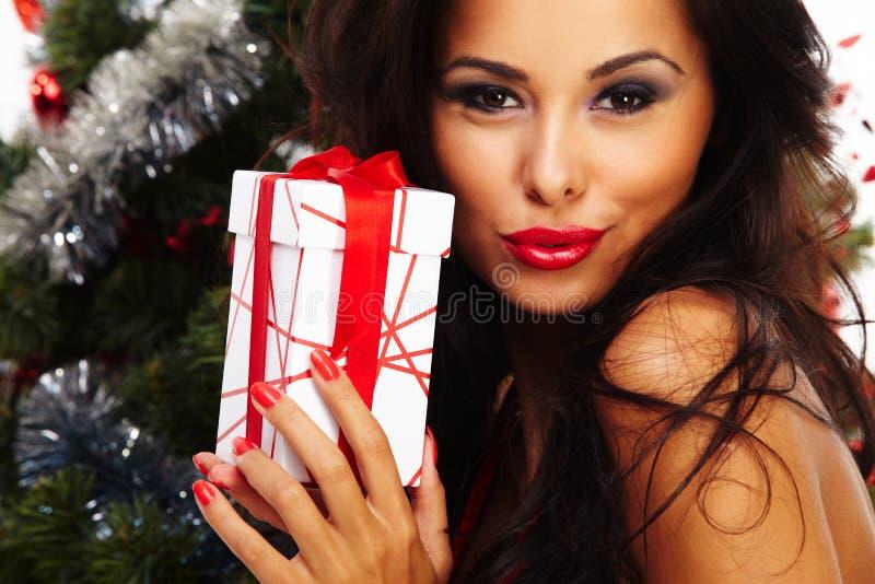 美丽的圣诞老人帮手-在圣诞树旁边 库存图片