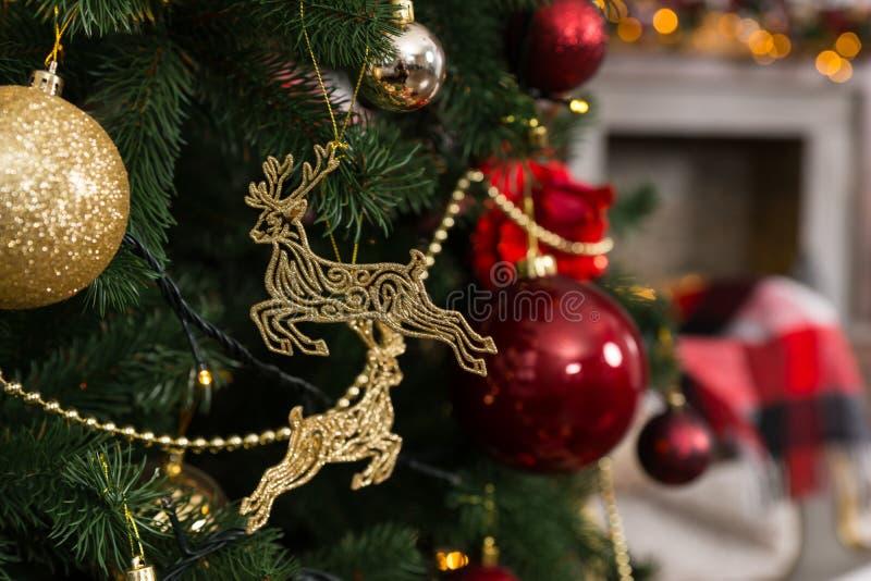 美丽的圣诞节垂悬在Chr的鹿玩具、球和诗歌选 图库摄影