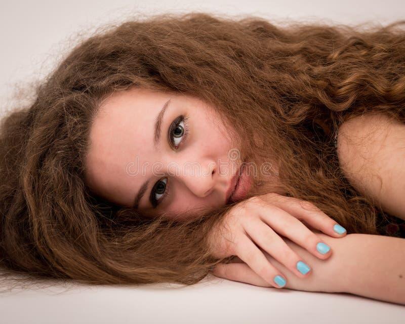 美丽的在地板上的姜十几岁的女孩 图库摄影