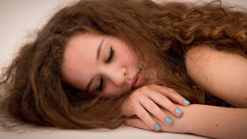 美丽的在地板上的姜十几岁的女孩 免版税库存照片