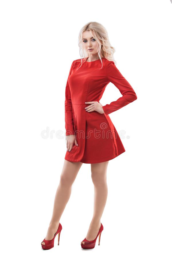 美丽的在白色隔绝的红色礼服的妇女白肤金发的时装模特儿 免版税库存图片