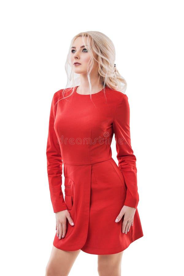 美丽的在白色隔绝的红色礼服的妇女白肤金发的时装模特儿 免版税图库摄影