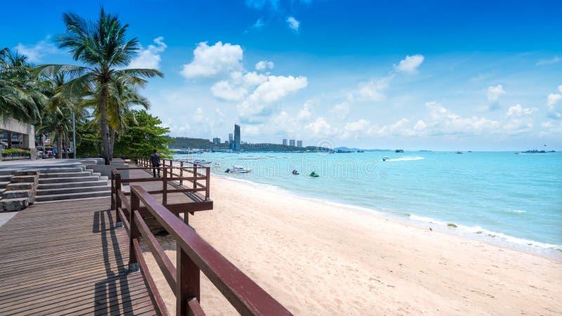 美丽的在芭达亚海滩,芭达亚,泰国的海滩白色沙子 图库摄影