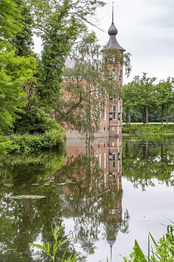 美丽的城堡Bouvigne的塔在布雷达附近的在护城河中,荷兰的水被反射 库存图片