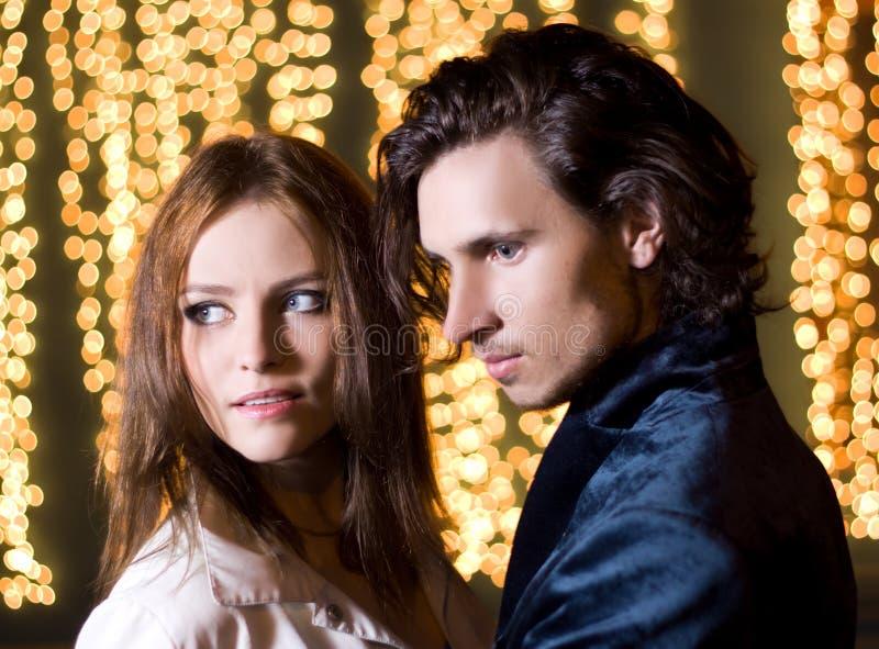 美丽的城市夫妇晚上纵向年轻人 免版税库存照片