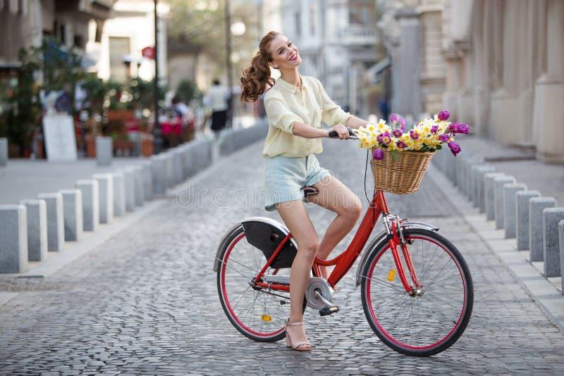 美丽的城市骑自行车的人 免版税库存图片