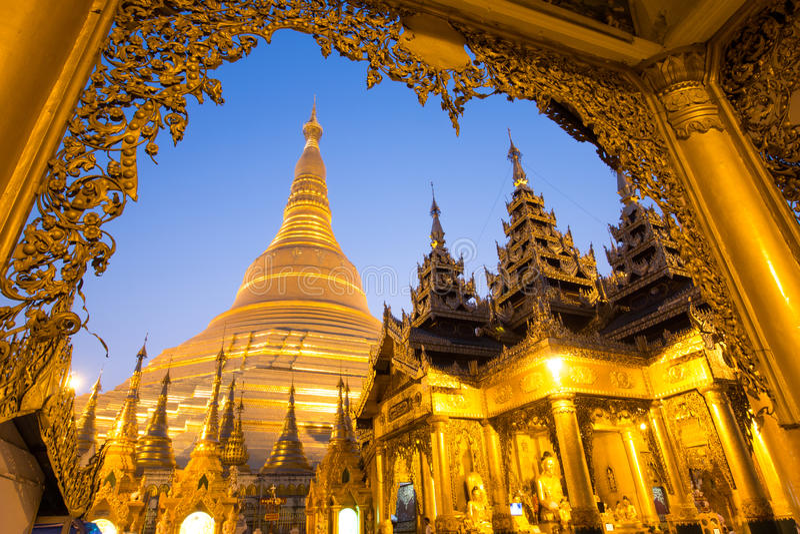 美丽的塔在世界上 缅甸的著名塔 在Shwedagon塔(Shwedagon塔)的夜缅甸的 免版税库存照片