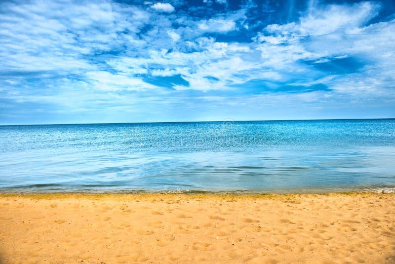 美丽的夏天海和金黄沙子海滩 库存图片