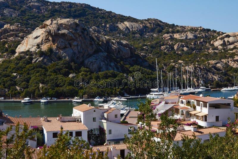 美丽的夏天视图海海滩山意大利 免版税库存照片