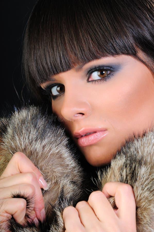 美丽的外套毛皮佩带的妇女 库存照片