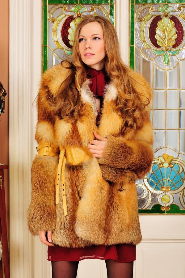美丽的外套毛皮内部妇女 库存图片