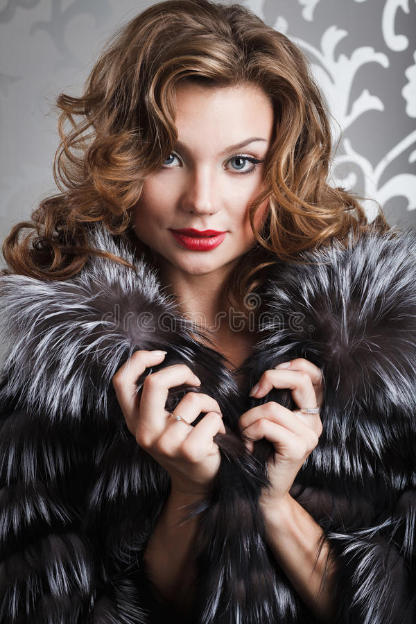 美丽的外套毛皮女孩 免版税库存照片