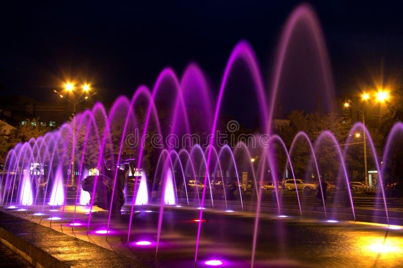 美丽的多彩多姿的喷泉在城市德聂伯级在夜& x28里; Dnepropetrovsk& x29; 乌克兰, 免版税库存照片