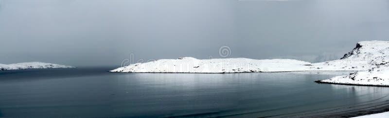 美丽的大湖,云彩在小山爬行 免版税库存照片