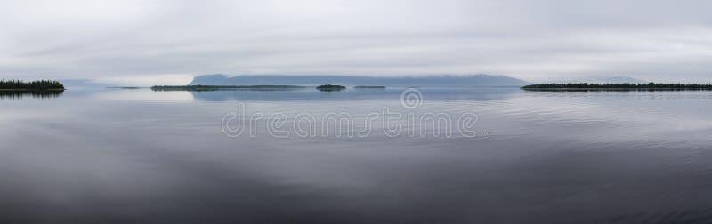 美丽的大湖,云彩在小山爬行 库存照片