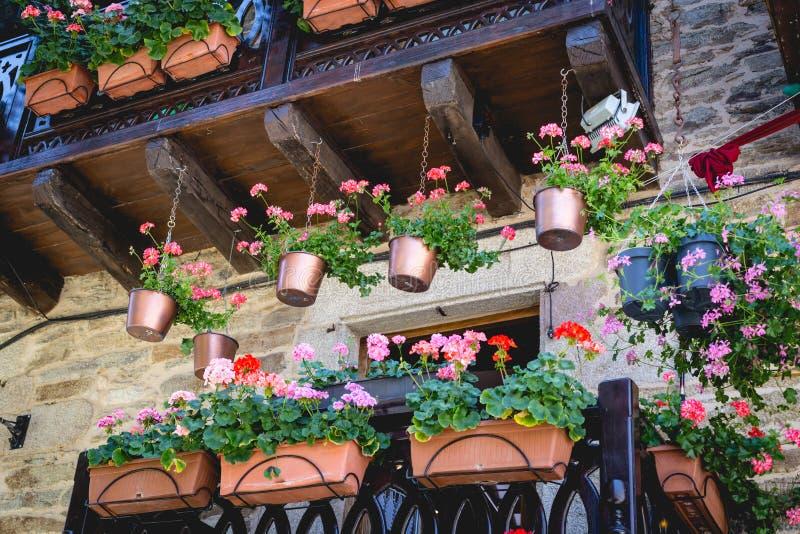 美丽的大阳台或阳台有花的在普埃夫拉德萨纳夫里亚中世纪镇  西班牙 免版税库存照片