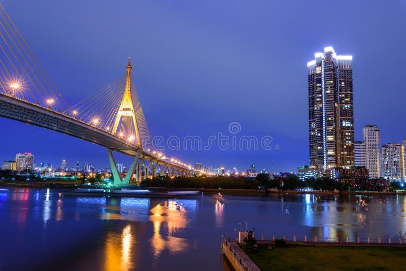 美丽的大Bhumibol桥梁/大桥梁在河和点燃桥梁 免版税库存图片
