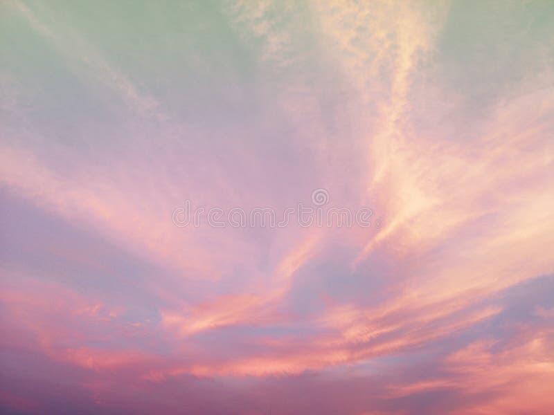 美丽的天空和云彩在软的淡色 在天空背景五颜六色的淡色口气的软的云彩 库存图片