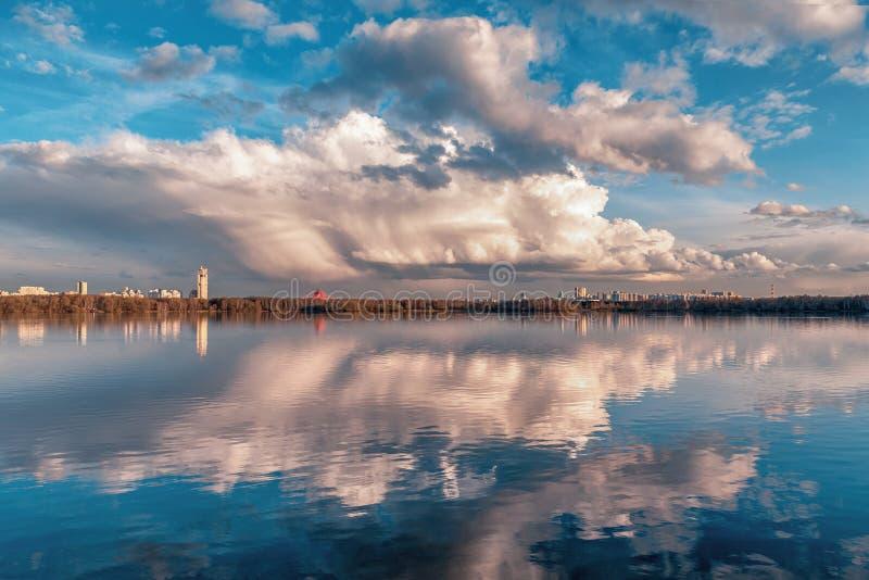 美丽的天空和反射 库存照片