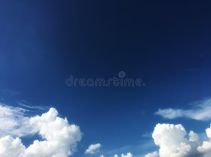 美丽的天空蔚蓝和白色云彩在下午时间 免版税库存照片