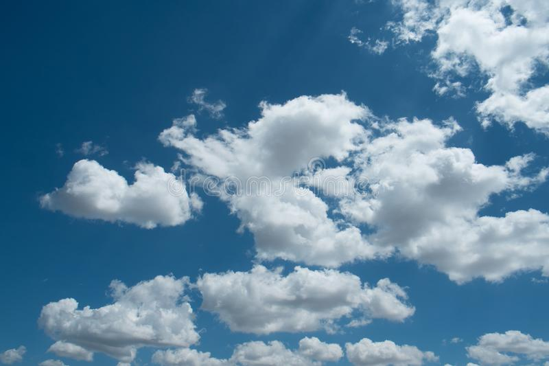 美丽的天空蔚蓝,在天空的白色云彩 库存图片
