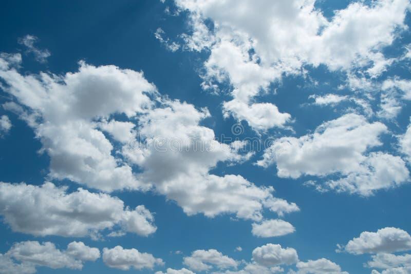 美丽的天空蔚蓝,在天空的白色云彩 免版税库存照片