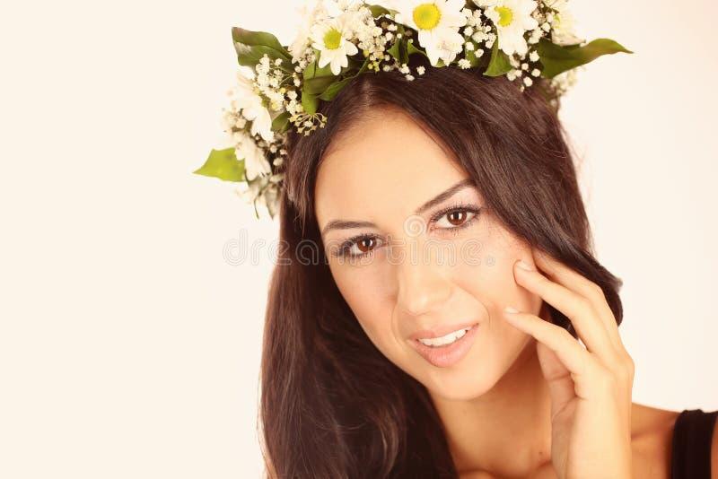 美丽的夫人在有花的演播室在她的头发 图库摄影