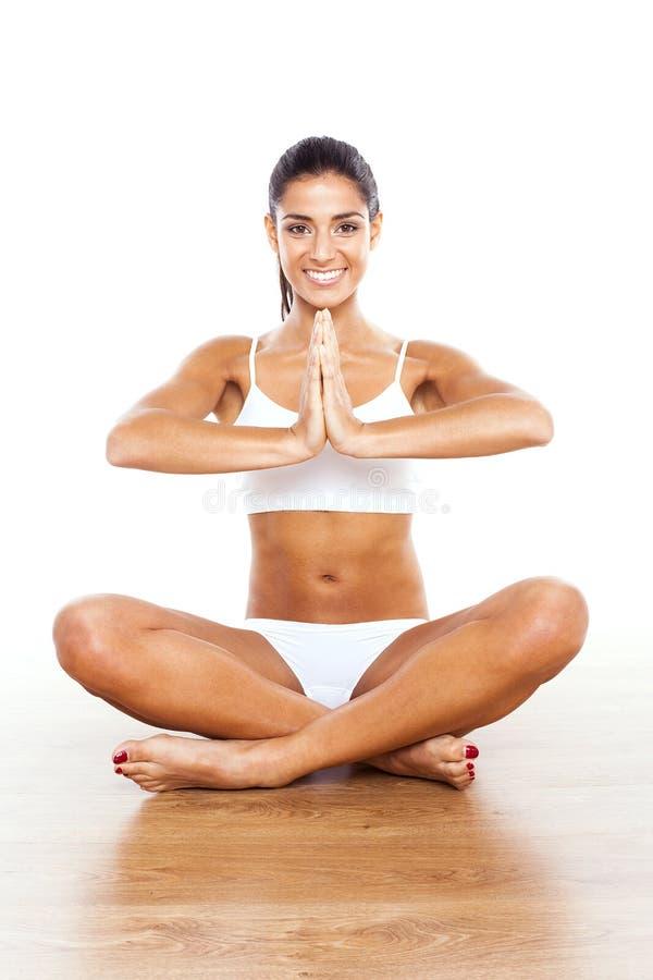 美丽的夫人实践的瑜伽 库存图片