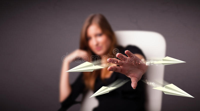 美丽的夫人投掷的origami飞机 库存照片