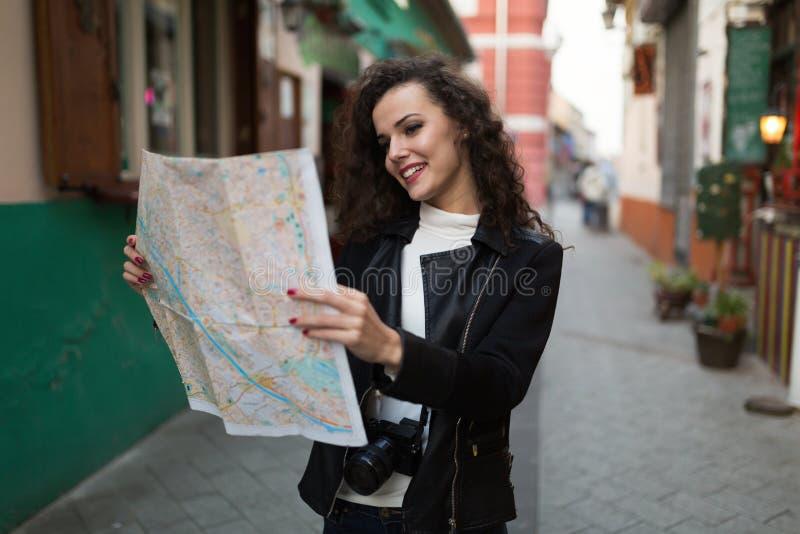 美丽的夫人探索的城市 库存图片
