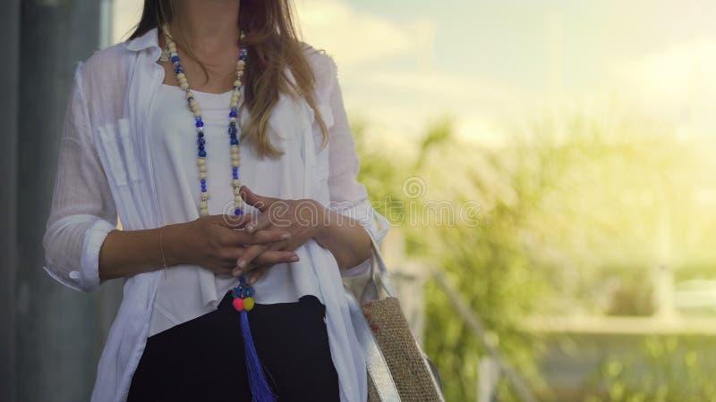 美丽的夫人等待的朋友,在购物以后的运载的提包,特写镜头 库存图片