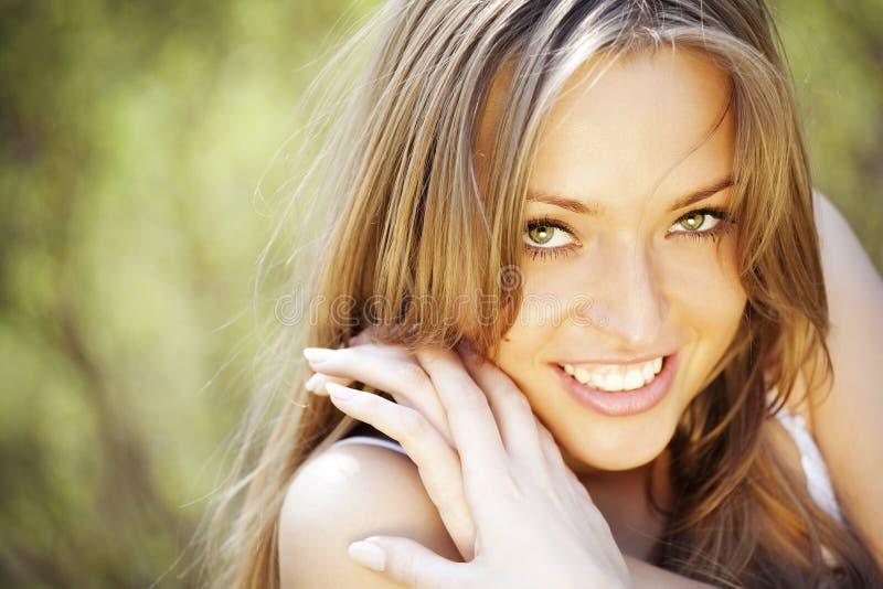美丽的夫人纵向微笑的年轻人 库存照片