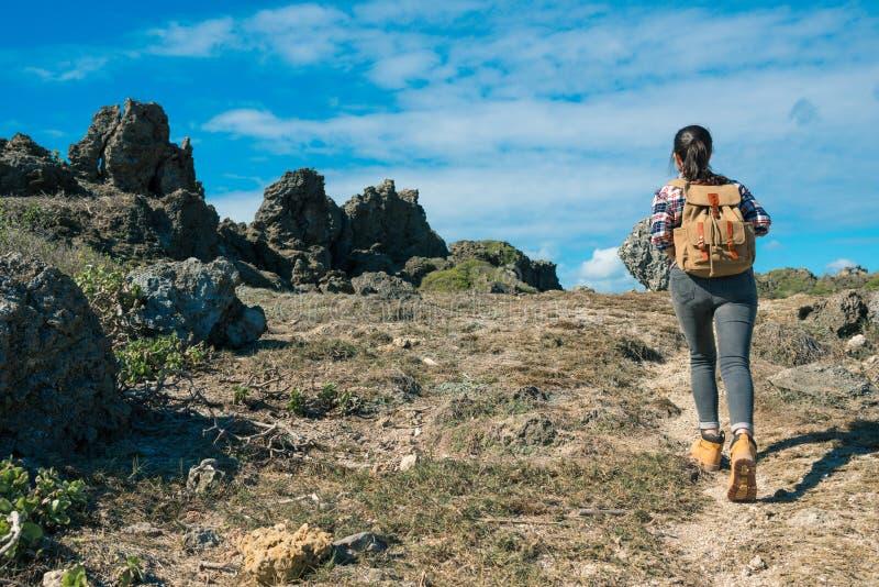 美丽的夫人背包徒步旅行者上升的山道路 库存图片