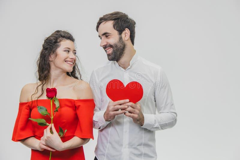 美丽的夫妇年轻人 享用喜欢为庆祝圣情人节一起花费时间 在这时间 图库摄影