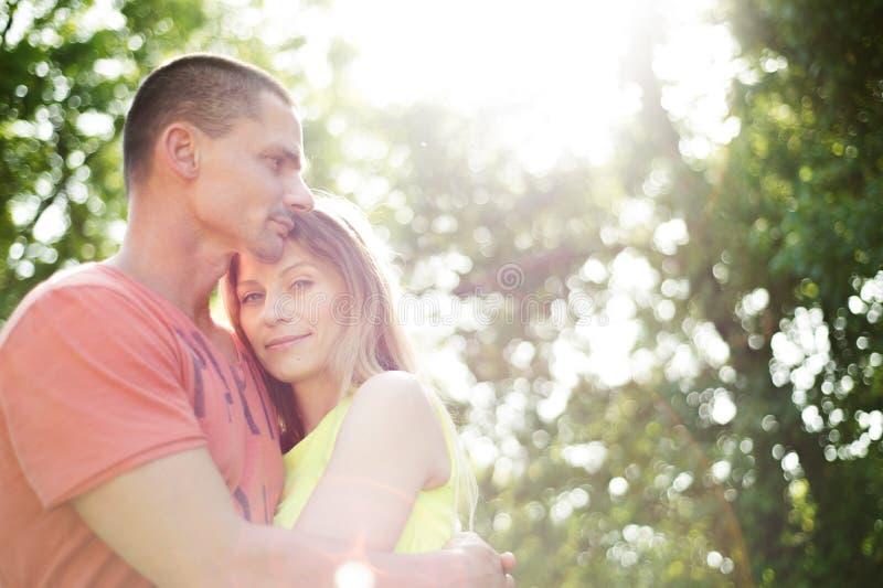 美丽的夫妇爱年轻人 晴朗的夏天本质 免版税库存图片