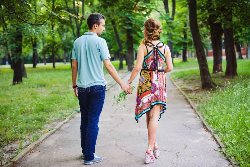 美丽的夫妇约会 免版税库存图片