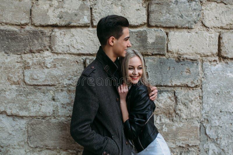 Download 美丽的夫妇年轻人 库存照片. 图片 包括有 图象, 城市, 生活, 春天, 实际, 妇女, 场面, browne - 72354004