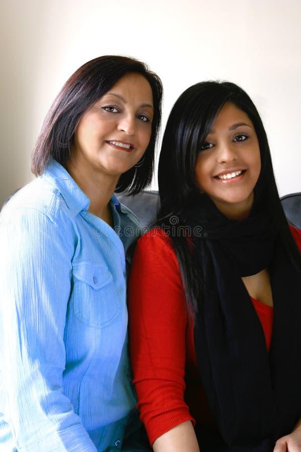 美丽的女儿母亲纵向 免版税库存图片