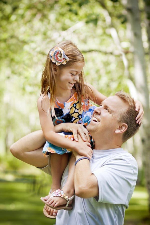 美丽的女儿父亲他使用的年轻人 库存照片